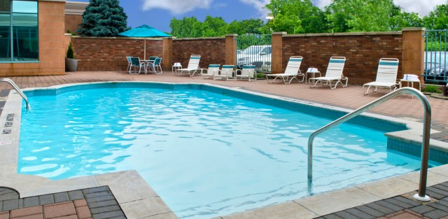 Courtyard-Marriott-Niagara-Falls-Outdoor-Pool