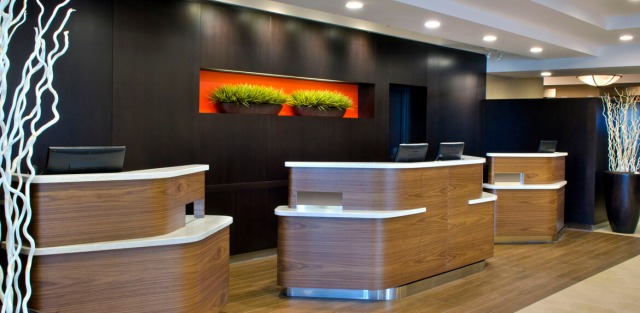 Courtyard-Marriott-Niagara-Falls-Welcome-Pedestals